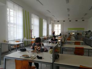 Studenti a zaměstnanci vysokých škol si mohou poobědvat v menze, veřejnost má smůlu