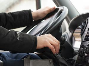 Řidič náklaďáku přejel dvě plné čáry a v protisměru málem narazil do policistů