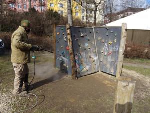 Děti v Brně si můžou hrát na hřištích. Veřejná zeleň je bude pravidelně dezinfikovat