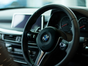 Vzteklý muž v Brně zaparkoval své BMW v pěší zóně a vymlouval se na vítr