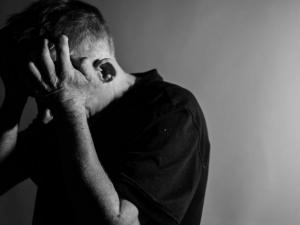 Pandemie nahrává domácímu násilí, vzrůstají i počty týraných mužů