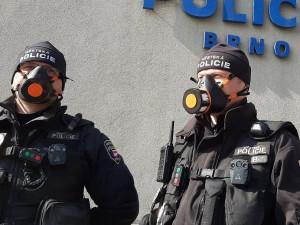 Pátrala po nich policie po celé republice, ani to tři hříšníky nedonutilo nasadit si respirátor