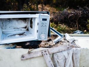 Odpadu v Brně přibývá, lidé odkládají například mikrovlnné trouby