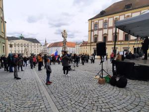 Demonstranti a kritici protikoronavirových opatření se prošli Brnem