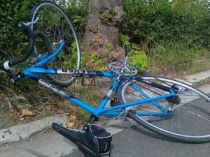 Ze tmy se vynořil nalitý cyklista a v plné rychlosti napálil do policejního auta