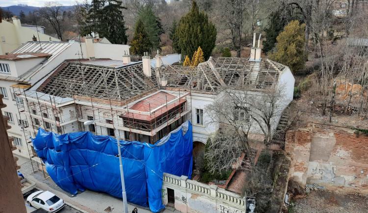 Demolice památky na Hlinkách pokračuje, majitel odstranil střechu vily a nechal do ní zatékat