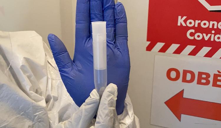 Zdravotníci testují děti na covid novou šetrnou metodou