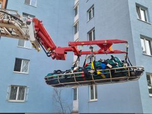 Hasiči vytáhli nadměrnou Brňanku z bytu jeřábem
