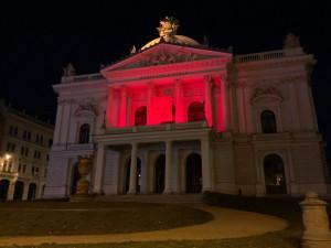 Mahenovo divadlo se zabarvilo do červena, město si připomíná Den učitelů
