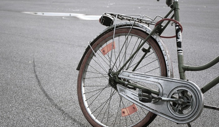 Téměř sedmdesátileté paní zloděj za jízdy ukradl batoh z kola