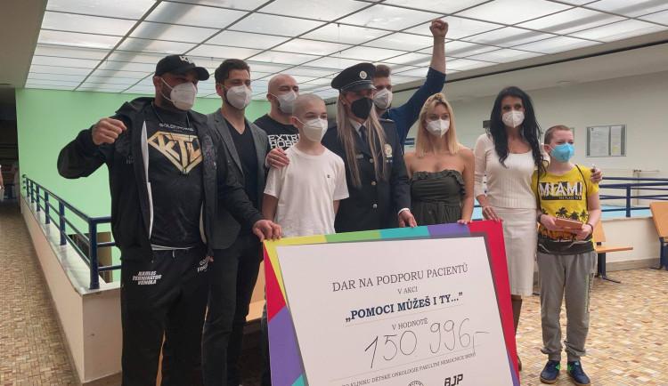 Terminátor Vémola se zápasníky MMA rozdával radost onkologicky nemocným dětem