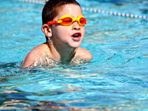 Děti ze ZŠ a MŠ Pastviny si zaplavou v novém bazénu, město jej zrekonstruovalo