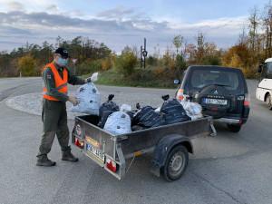 Dobrovolníci uklidili Moravský kras, nejčastěji našli poklice či pneumatiky