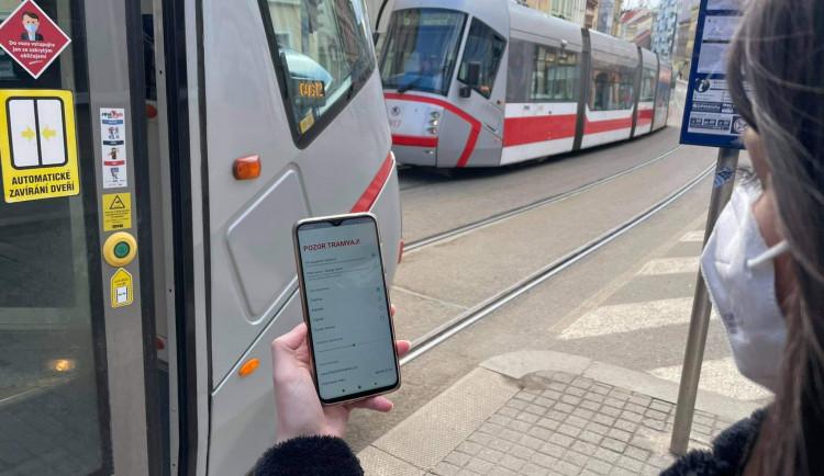 Pozor tramvaj! Brno testuje mobilní aplikaci, která funguje v Praze a chrání nepozorné chodce