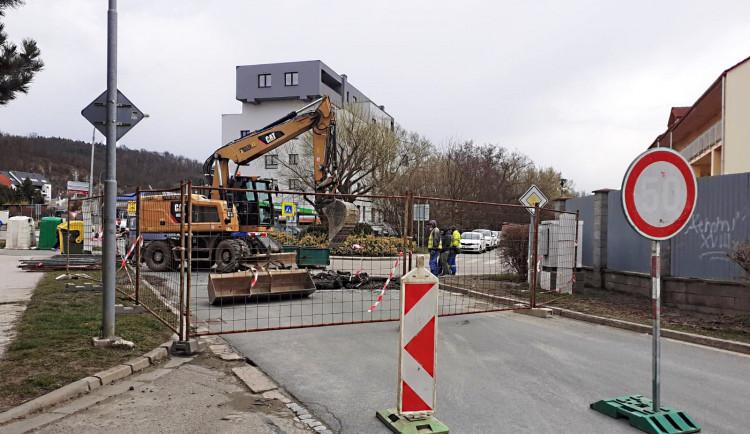 Havárie v Kuřimi. Na Brněnské ulici praskl kalovod z Brna
