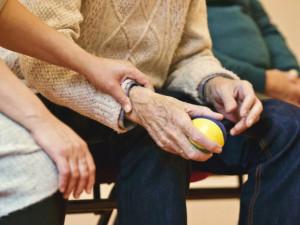 Seniorská obálka do kapsy. Zachrání život a ulehčí práci záchranářům