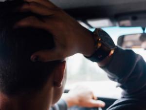 Duchapřítomná žena zachránila život řidiči v odstaveném autě. Ostatní jen přihlíželi