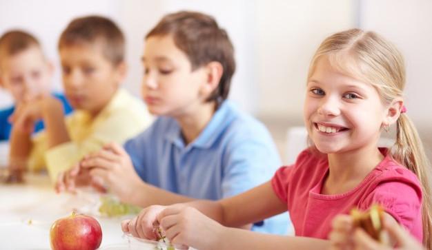 Pomoc pro děti ze sociálně slabých rodin. Ve školních jídelnách se najedí zdarma