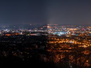 Noční Brno potmě. Zhasnuté osvětlení odhalí světelný smog