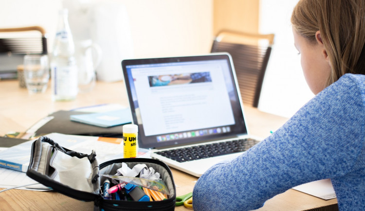 Online výuka dělá rozdíly mezi žáky. S doháněním učiva pomáhá Charita