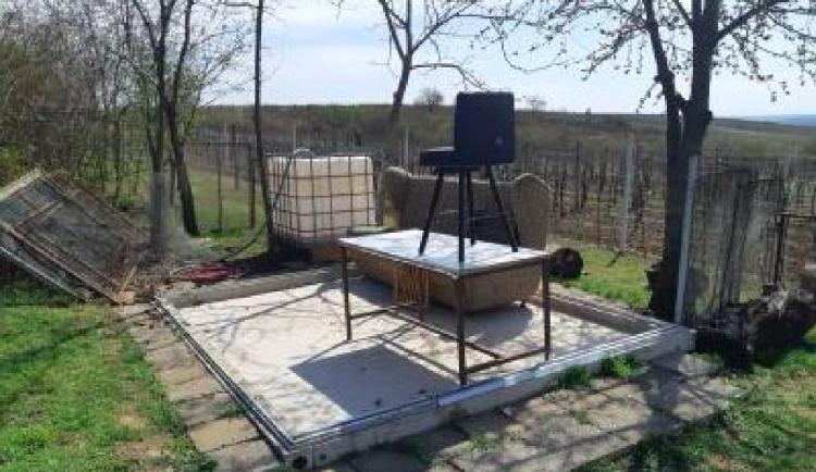 Zůstal jen nábytek a betonové základy. Zloděj si odnesl celý zahradní domek