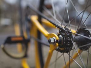Řidička automobilu setřásla policisty na polňačce, pak ji našli zfetovanou na kole