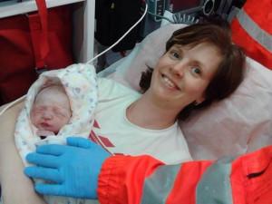 Barunku zachránili při porodu, dnes holčičce záchranáři popřáli k pátým narozeninám