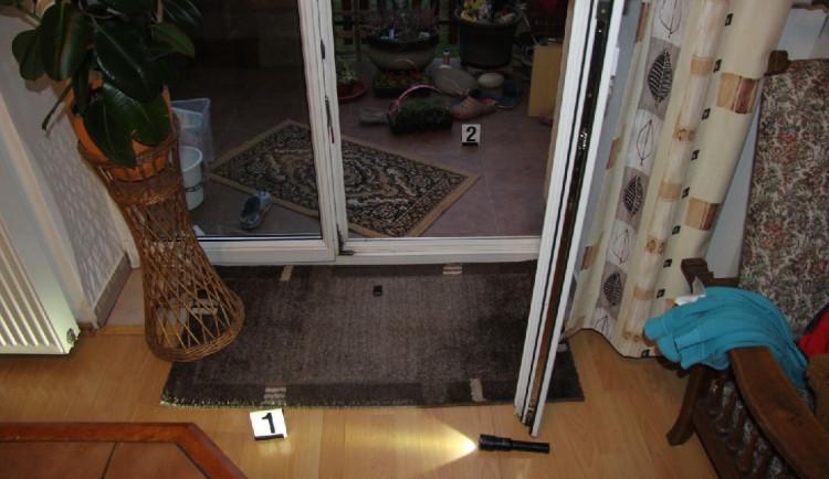 Zloděj v Brně vykradl rodinný dům, pak majitelům sebral i auto
