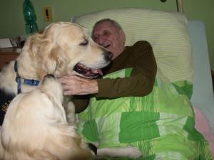 Osamělé seniory potěšili pejsci, na návštěvu přišli po půl roce