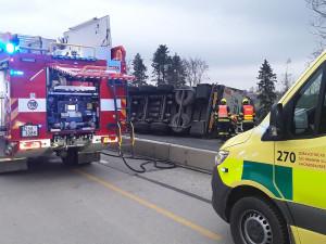 Převrácený kamion s pivem zablokoval dálnici D1