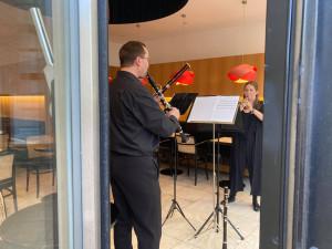 Koncert za sklem. Umělci zahráli lidem v Brně z výlohy kavárny