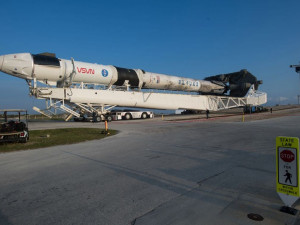 Vzlétne kosmická loď Crew Dragon, přímý přenos okomentuje odborník z Brna