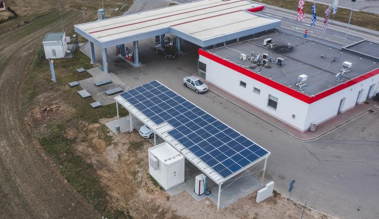 Břeclavská stanice pro elektromobily vyhrála ocenění za ekologický projekt. Energii na dobíjení bere ze slunce