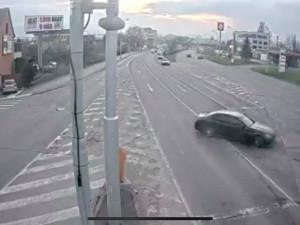 Řidič mercedesu driftoval v Brně na křižovatce, manévr nevyšel