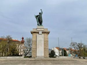 V Brně někdo počmáral sochu Rudoarmějce, komunisté se zlobí