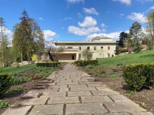 Na procházku lákají otevřené zahrady vil nebo terasy pod katedrálou