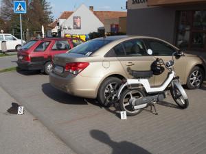 Tři promile za řidítky a motorkář nabořil zaparkované auto