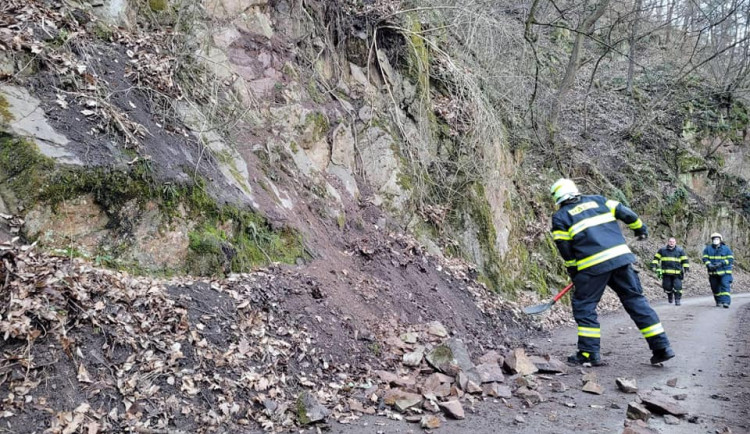 Cyklostezka mezi Bílovicemi a Obřany se uzavře, ze skály padá kamení