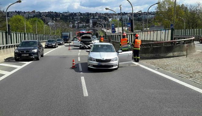 Nehoda dvou aut omezila dopravu v Pisáreckém tunelu