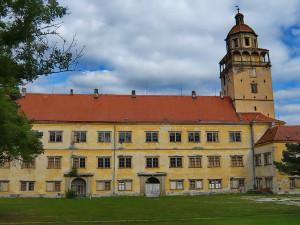 Zámek v Moravském Krumlově má novou lucernu, opravy věže skončí na podzim