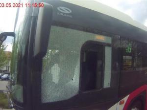Chodec v Brně hodil po jedoucím autobusu lahev od piva. Pak udeřil strážníka