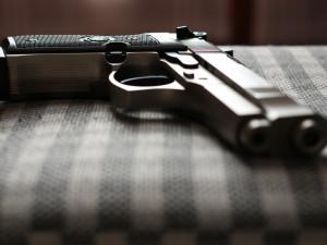 Opilý důchodce vytáhl na souseda zbraň, protože si s ním nechtěl povídat