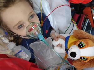 Těžce zraněnému Filípkovi pomohli záchranáři i jejich plyšový parťák
