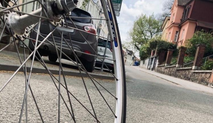 Řidič zacouval do důchodkyně na kole, spadla a zranila se