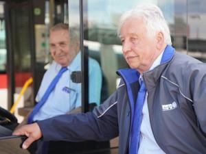 Autobusy řídí padesát let a stále nekončí. Dopravní podnik ocenil jubilanty