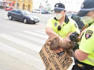Aktivistka zablokovala silnici u nádraží. Chce lepší klima, maturitu nepotřebuje