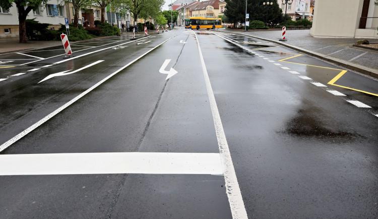 Břeclav má opravenou páteřní silnici, lidé ji otestovali jízdou v nákupním vozíku