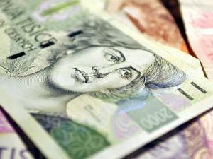 Zaměstnanci státu si loni polepšili v průměru o 2686 korun, vic než jinde