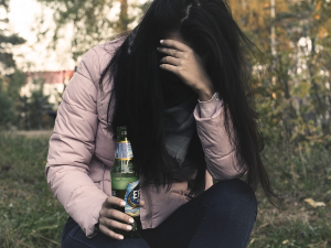 Čtrnáctiletá dívka se v Brně dusila zvratky, přehnala to s vodkou a marihuanou