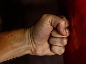 Přítelkyni brutálně mlátil, násilníkovi nyní hrozí osm let vězení